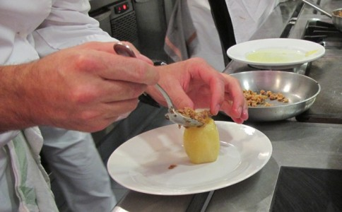Rellenar la patata con la duxelle