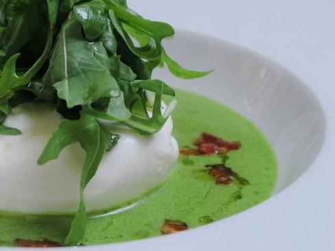 Burrata con rúcula y salsa de pesto