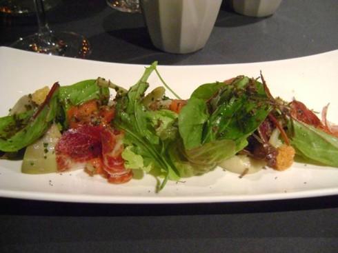 Hojas verdes variadas con corazones de alcachofa, pan frito y jamón de Jabugo