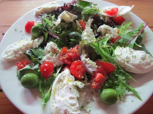 Ensalada de mozzarela con tomate de rama, aceitunas tipo calanda y brotes frescos en Pizza&Cava