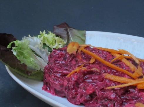 Hojas verdes variadas con remolacha, ajo picado, zanahoria y mahonesa. Es una receta armenia.