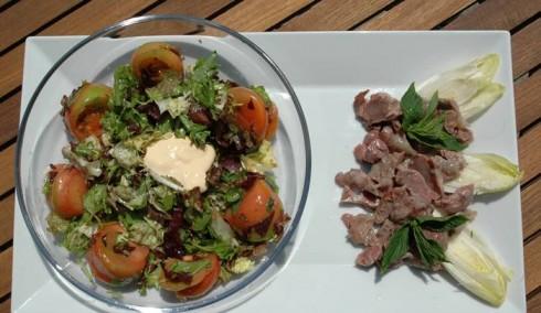 Lechugas, tomate, endivias, mollejas y vinagreta de mostaza